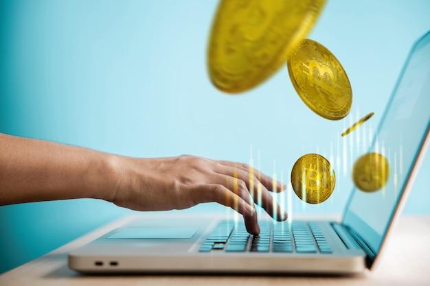Вложение денег на концепцию монеты криптовалюты. трейдер, использующий портативный компьютер для покупки и продажи цифровых биткойнов. поток и левитирующая монета и график фондового рынка