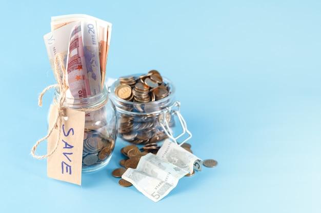 Баночка с деньгами на синем фоне