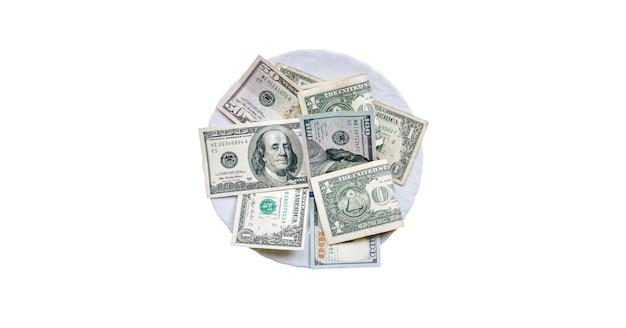 흰색 배경에 고립 된 접시에 누워 돈입니다. 음식에 지출된 달러.