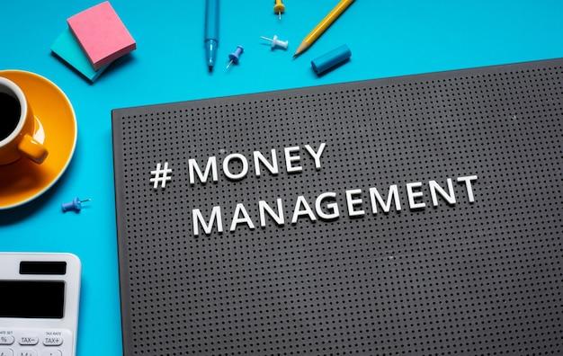 Концепции управления деньгами и финансового плана с текстом на столе. вид сверху