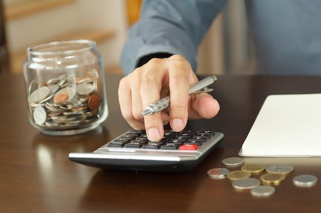 Концепция управления деньгами. ручной человек использует калькулятор для расчета бюджетов.