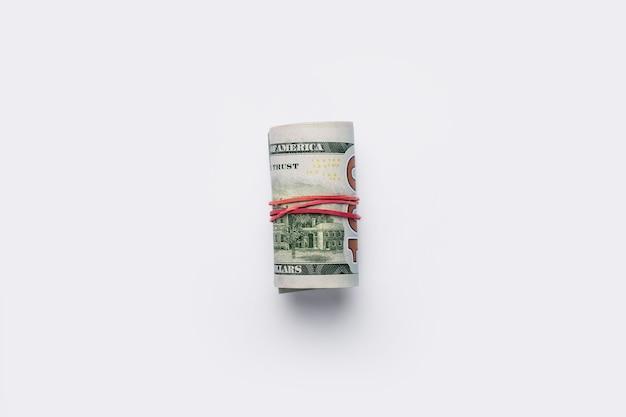 돈은 밝은 흰색 배경에 튜브에 겹쳐서. 배너. 평면 평신도, 평면도.