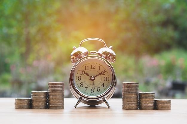 Деньги стека растут деньги и будильник