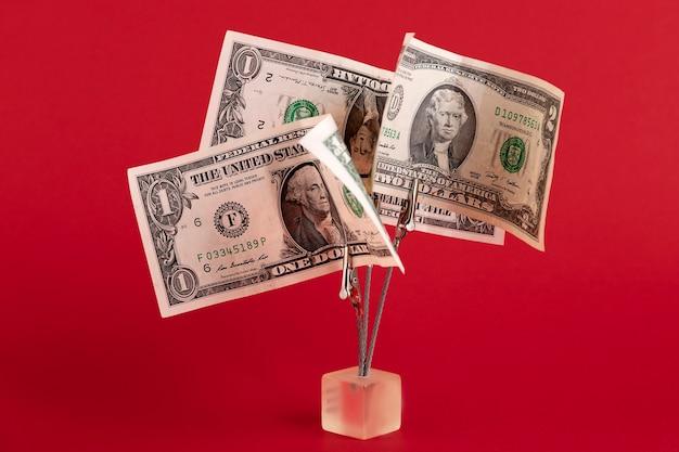 Денежное дерево из долларовых купюр, на красном фоне. скопируйте пространство.