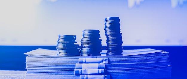 배경에 동전과 다이어그램 돈입니다. 달러 사진. 인플레이션율. 가격 상승. 집과 중개인의 판을 교환하십시오. 경제 개념입니다.