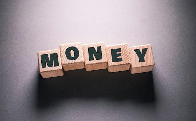 木製の立方体に書かれたお金の言葉