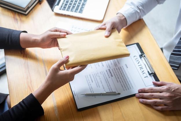 違法なお金で不正な不正行為、ビジネス女性が賄moneyにドル札の形を与えている間、契約契約、贈収賄、腐敗への取引を成功させる