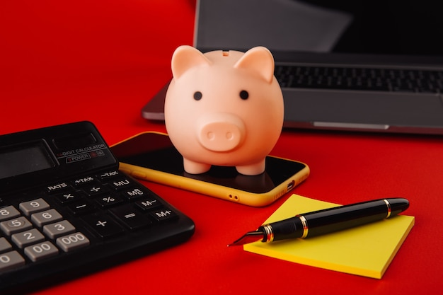 Копилка на смартфоне. концепция финансов и бюджета.