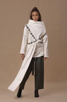 흰색면 블라우스와 카키색 바지를 입고 포즈를 취하는 몽골 모델