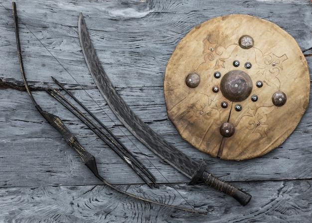 Монгольский меч и кожаный щит кочевников