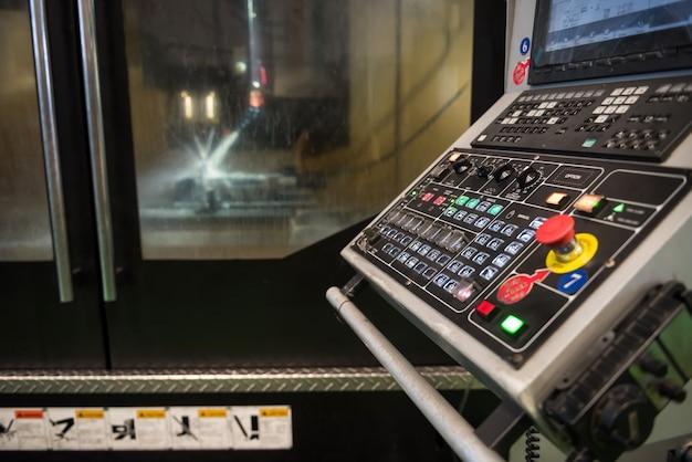 자동차의 금속 예비 부품을 만들기 위한 자동 드릴 선반 기계용 cnc 전기 냉각수의 모니터 및 키보드 컨트롤러. 첨단 기술 개념을 가진 중공업 공장.