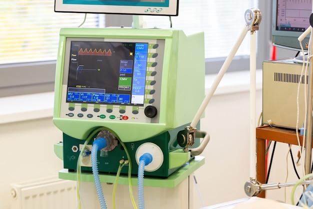 空気用チューブを備えた病院の肺人工呼吸器のモニター。