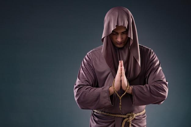 Монах в религиозной концепции на сером фоне