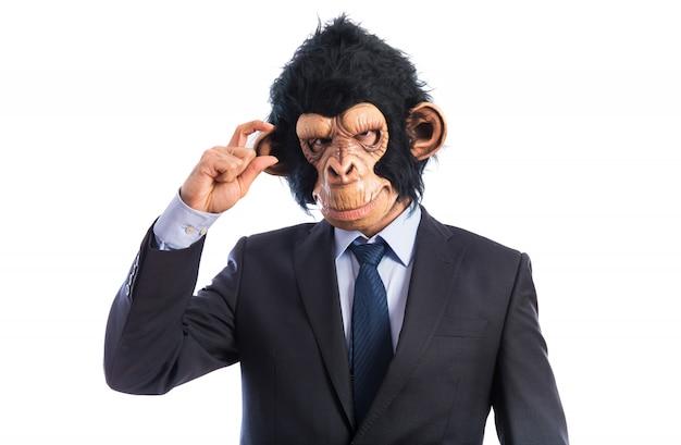 Человек-обезьяна делает крошечный знак