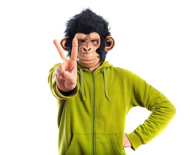 Человек обезьяны делает жест победы