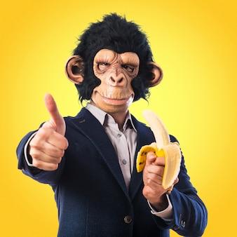 Человек обезьяны едят банан на красочный фон