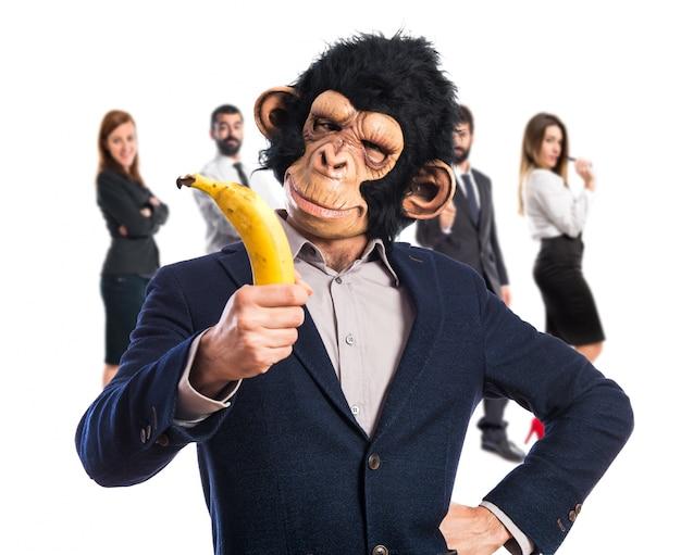 Человек обезьяны, держащий банан