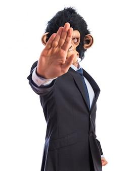Человек обезьяны делает знак остановки