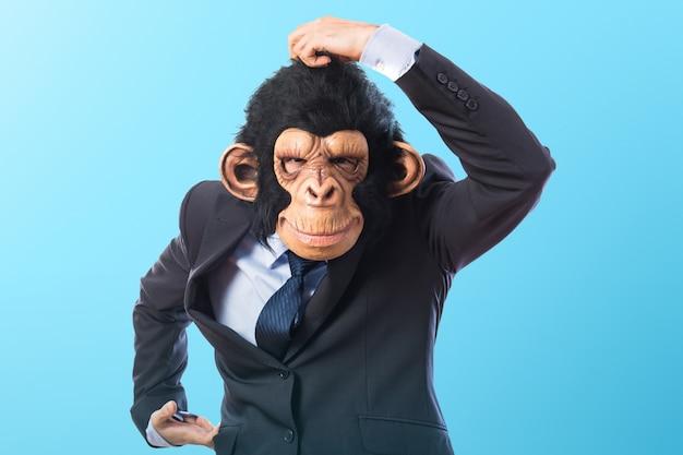 Человек обезьяны на цветном фоне
