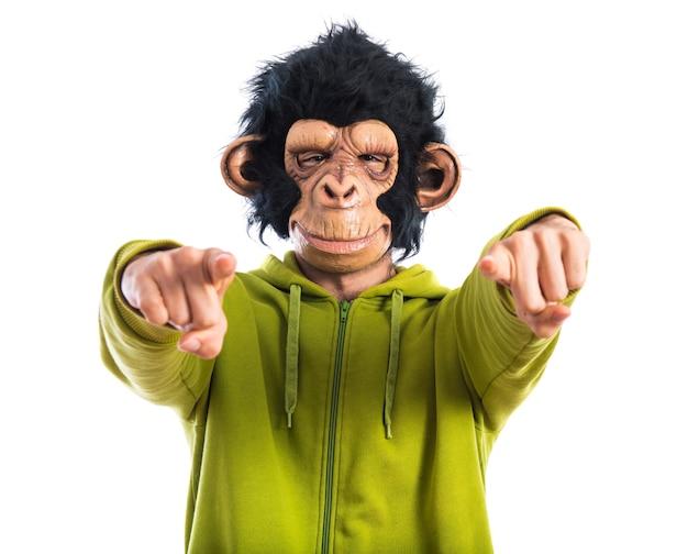 Uomo di scimmia che punta verso la parte anteriore