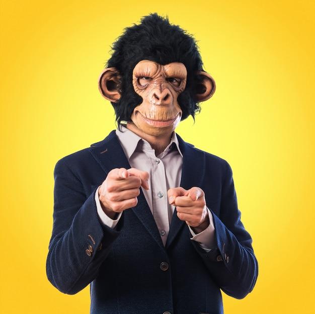Человек-обезьяна, указывая на фронт на цветном фоне