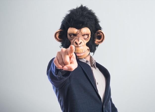 正面を指す猿の男