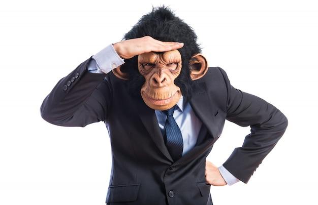 Uomo di scimmia che mostra qualcosa