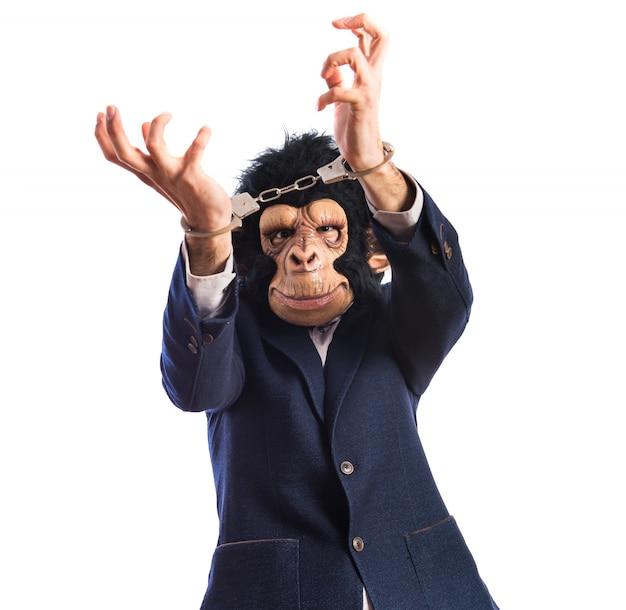 Uomo di scimmia con manette