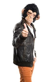 親指で猿の男