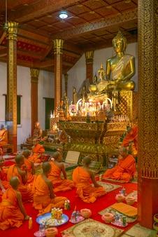 ワット・ノン・シフンムアン寺院、ルアンパバン、ラオスの修道士