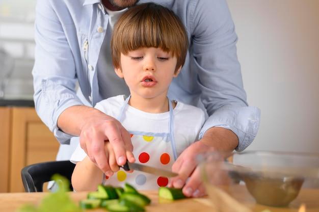 片親の父親と子供が野菜を切る