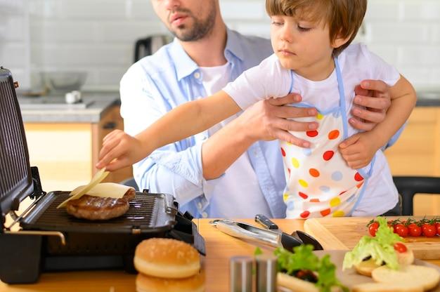 片親の父と子供がおいしいハンバーガーを作る