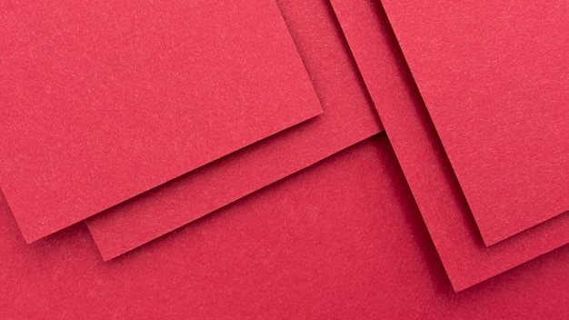 Disposizione monocromatica di natura morta con carta rossa