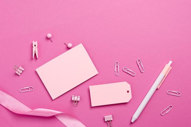 Монохромный натюрморт с розовыми канцелярскими предметами