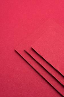 Монохромный натюрморт с красной бумагой