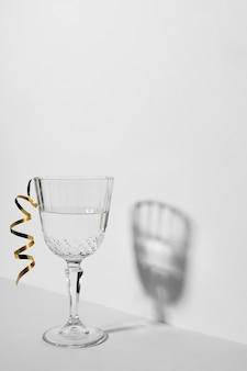 Composizione di natura morta monocromatica con vetro