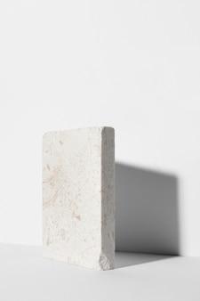 Composizione monocromatica di natura morta con rocce bianche
