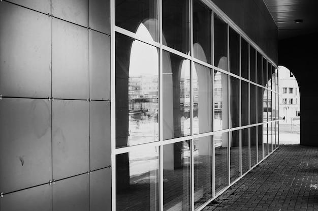 흑백 건축 유리 아치