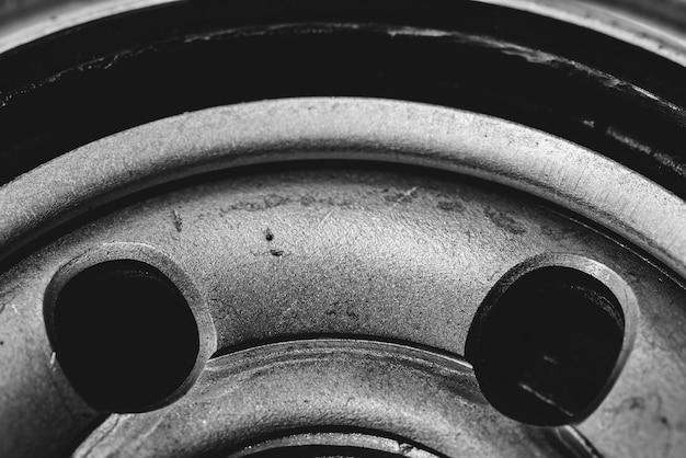 오일 필터의 단색 배경 이미지를 닫습니다. 회색조의 매크로 사진에서 자동차 부품의 삽화.