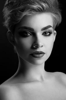 プロのメイクをしている美しい女性のモノクロのクローズアップ