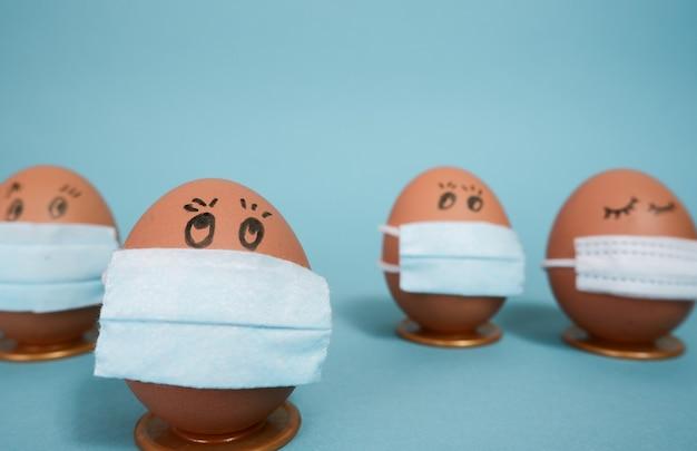 단색 부활절 격리 파란색 배경에 보호 의료 마스크에 계란