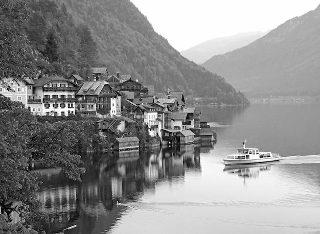 オーストリア、ザルツカンマーグート地方のユネスコ世界遺産、ハルシュタットの幻想的な湖の村のモノクロ画像