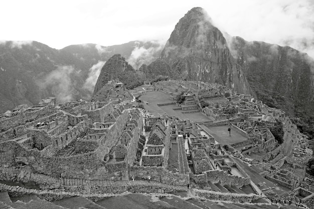 Монохромное изображение цитадели инков мачу-пикчу, объекта всемирного наследия юнеско в урубамбе, перу