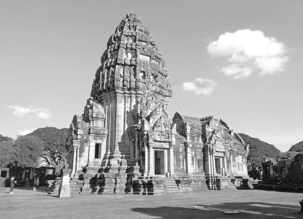 Монохромное изображение древнего кхмерского храма прасат-хин-пхимай в провинции накхонратчасима, таиланд