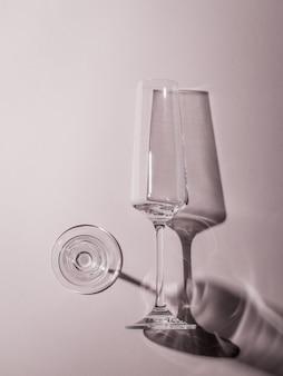 하드 라이트에서 두 개의 유리 잔의 흑백 이미지.