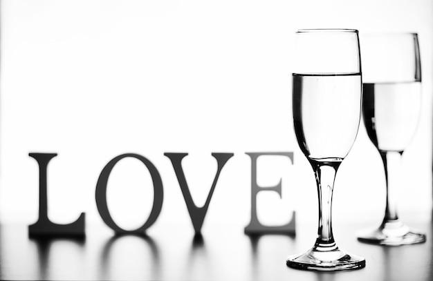Монохромное фото шампанского на белом столе на белом фоне изолировать