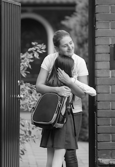 放課後の幸せな母と娘の出会いのモノクロ写真
