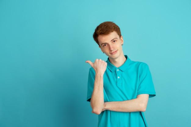青の背景に若い男の白黒の肖像画