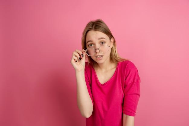 ピンクの背景に若い女性の白黒の肖像画