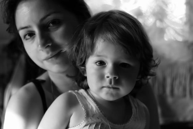 어머니와 함께 흑백 초상화 아들
